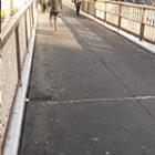 陸橋を上がってすぐ左の道へ ➡